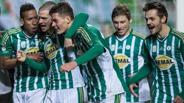 Fotbalisté Bohemians zleva Jhon Mosquera, David Bartek, Patrik Schick a Milan Jirásek se radují z gólu.
