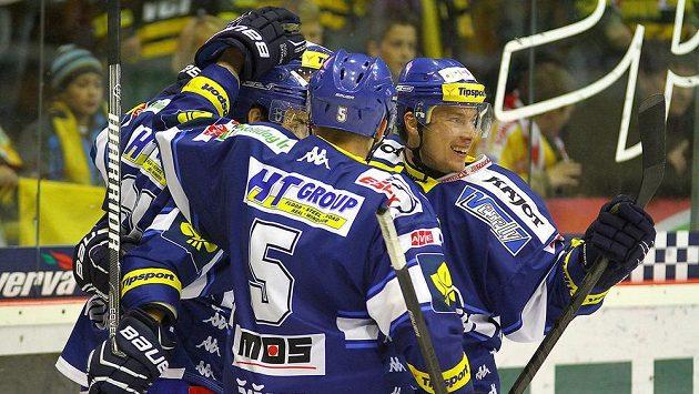 Hokejisté Brna se radují ze vstřelení gólu.