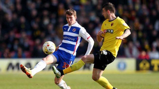 Daniel Pudil v dresu Watfordu (vpravo) bojuje o míč s Jackem Staceym z Readingu.