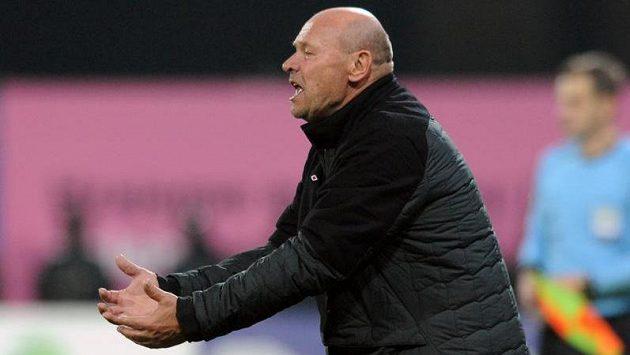 Trenér Slavie Praha Miroslav Koubek během utkání v Plzni.