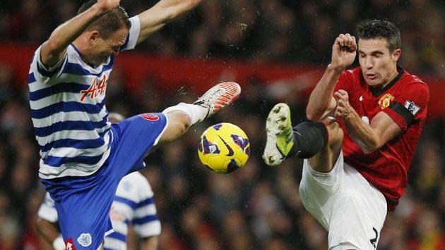 Útočník Manchesteru United Robin van Persie (vpravo) v tvrdém souboji o míč s Clintem Hillem z Queens Park Rangers.