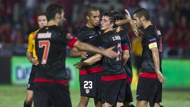 Záložník Atlétika Madrid Cristian Rodriguez (s číslem 11) se raduje se spoluhráči ze vstřelení branky do sítě Tel Avivu.