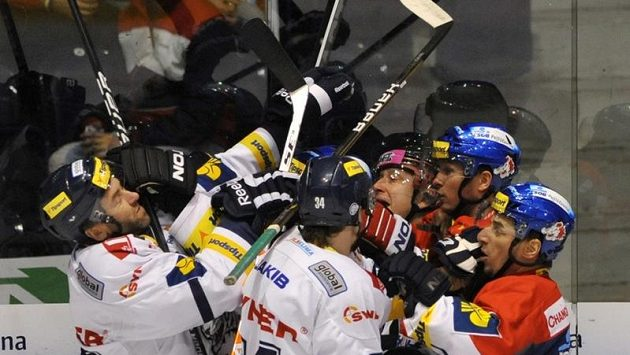 Druhé semifinále mezi Pardubicemi a Libercem přineslo nelítostnou řež.