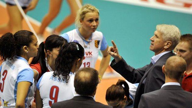 Trenér Prostějova Miroslav Čada (vpravo) dává pokyny hráčkám - ilustrační foto.