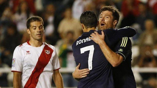 Cristiano Ronaldo (s číslem 7) a Xabi Alonso z Realu Madrid se radují ze vstřelení gólu na hřišti Vallecana.