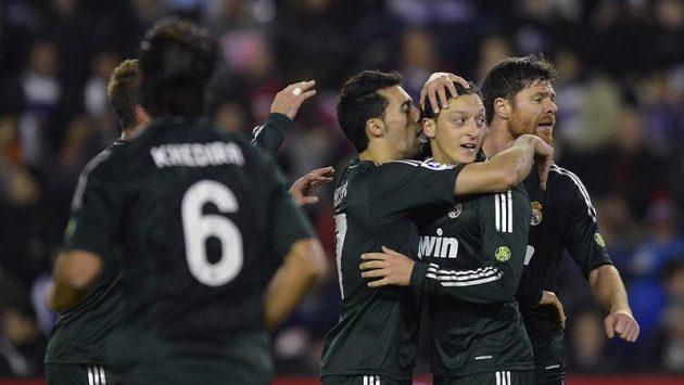 Fotbalisté Realu Madrid gratulují Mesutu Özilovi (druhý zprava) k brance.