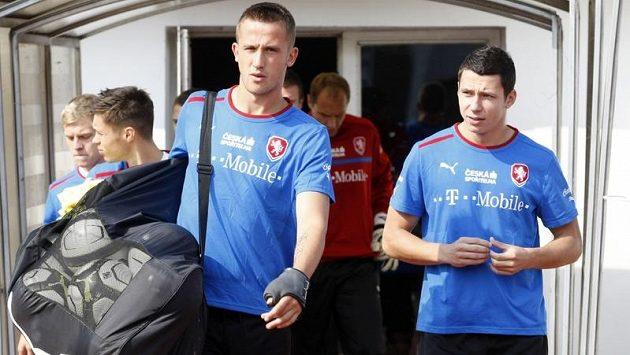 Útočník Tomáš Pekhart (vlevo) a obránce Marek Suchý na tréninku fotbalové reprezentace v Praze na Strahově.