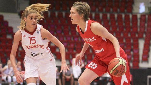 Česká basketbalistka Jana Veselá (vpravo) se snaží přejít přes Bohar Caglarovou z Turecka