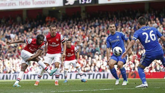 Gervinho z Arsenalu (vlevo) pálí skrz obranu Chelsea.