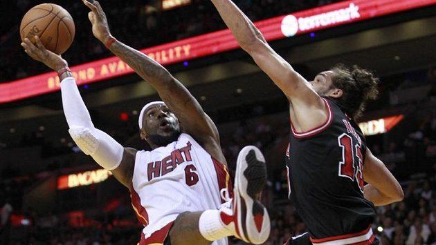 Miami k vítězství dovedl LeBron James (vlevo) s 27 body a 11 doskoky.