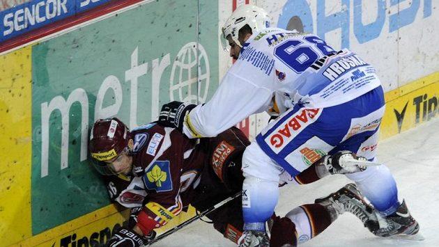 Milan Hruška z Komety Brno (vpravo) tiskne na hrazení Dominika Pacovského ze Sparty.