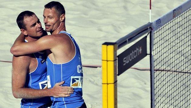 Plážoví volejbalisté Přemysl Kubala (vpravo) a Petr Beneš na květnovém turnaji Světového okruhu v Praze