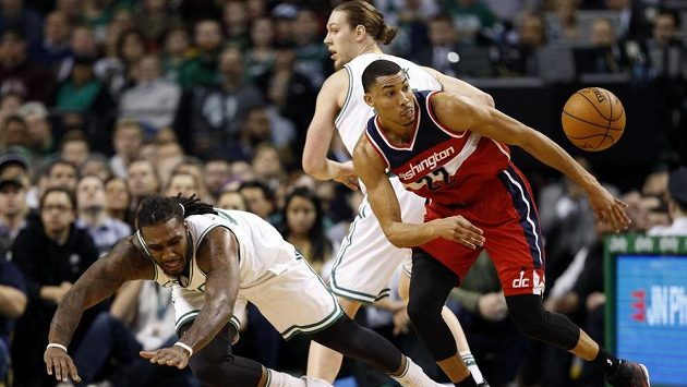 Otto Porter z Washingtonu v souboji s Jae Crowderem z Bostonu.