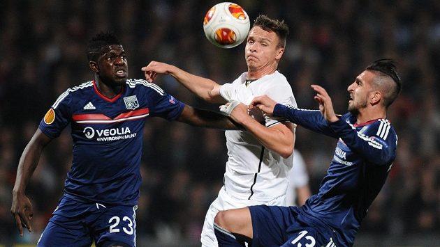 Stanislav Tecl (uprostřed) a fotbalisté Lyonu Samuel Umtiti (vlevo) a Miguel Lopes.