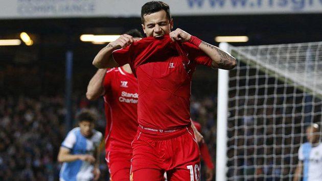 Záložník Liverpoolu Philippe Coutinho (vpředu) se raduje z gólu proti Blackburnu v odvetném čtvrtfinále FA Cupu.