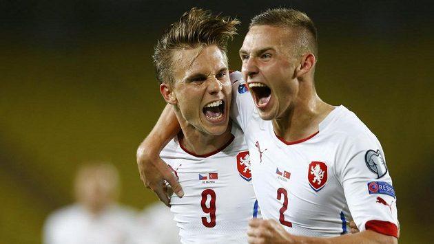 Bořek Dočkal a Pavel Kadeřábek (vpravo) slaví vedoucí gól reprezentace v kvalifikačním duelu v Turecku.