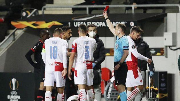Karim Bellarabi z Leverkusenu dostává v zápase se Slavií červenou kartu