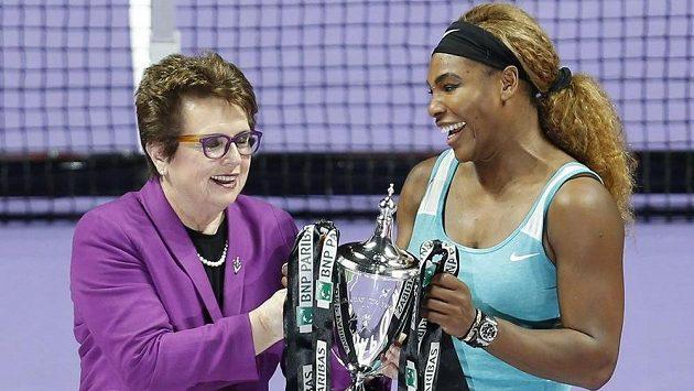 Někdejší tenisová hvězda Billie Jean Kingová předává trofej pro vítězku Turnaje mistryň vítězce Sereně Williamsové.