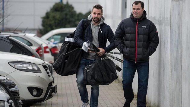 Útočník Milan Gulaš (vlevo) a asistent trenéra Jaroslav Špaček přicházejí na sraz hokejové reprezentace před turnajem Channel One Cup.