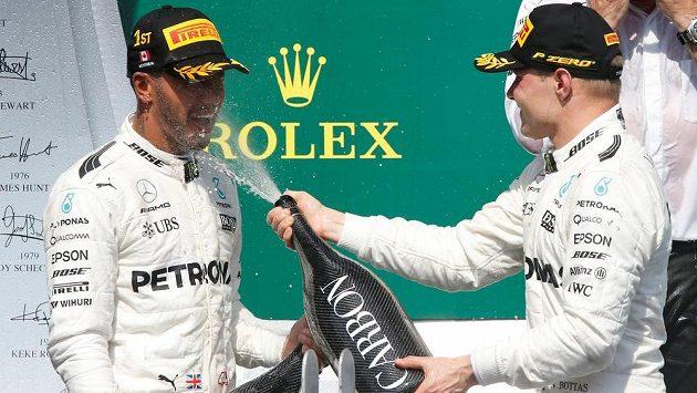 Lewis Hamilton a Valtteri Bottas na stupních vítězů po Velké ceně Kanady.
