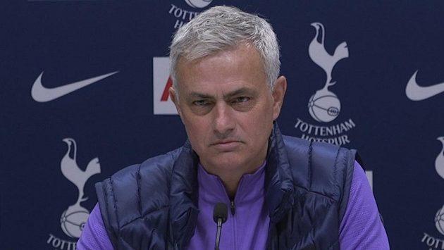 José Mourinho na tiskové konferenci v roli trenéra Tottenhamu Hotspur. Ilustrační foto