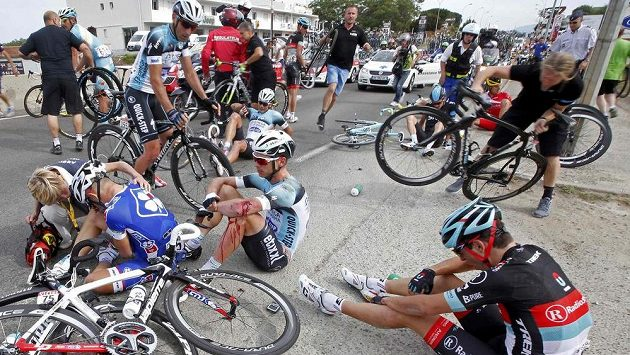 Hromadný pád na trati Tour de France.
