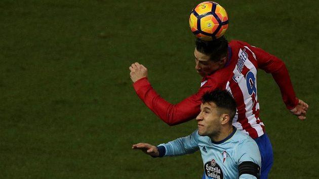 Útočník Atlétika Madrid Fernando Torres v hlavičkovém souboji s Hugem Mallem ze Celty Vigo. Atlético vyhrálo 3:2, ale o vítězství rozhodlo až v posledních minutách.
