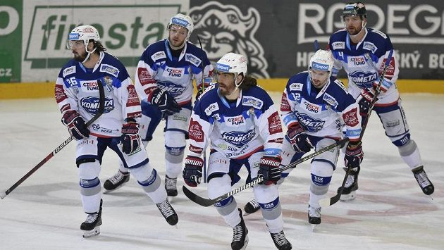 Hráči Brna se radují z gólu proti Chomutovu - zleva Martin Zaťovič, autor gólu Peter Mueller, Jan Štencel, Petr Holík a Michal Gulaši.