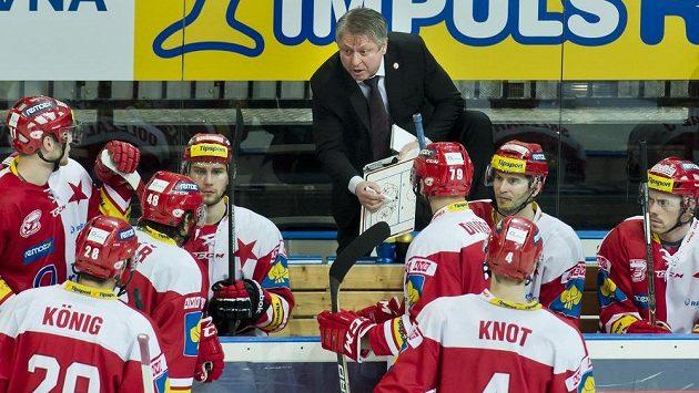 Trenér Slavie Dušan Gregor udílí slávistickým hokejistům pokyny ve třetí třetině zápasu s Litvínovem.