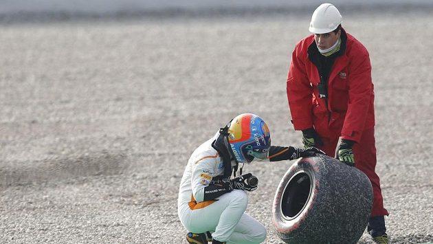 Pilot McLarenu Fernando Alonso kontroluje kolo, které ztratil během předsezónního testu.