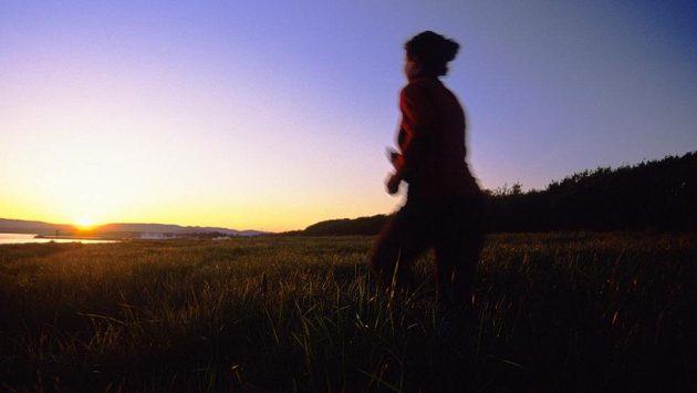 Ve tmě číhalo nebezpečí. Mladá běžkyně se ale nenechala odradit. (ilustrační foto)