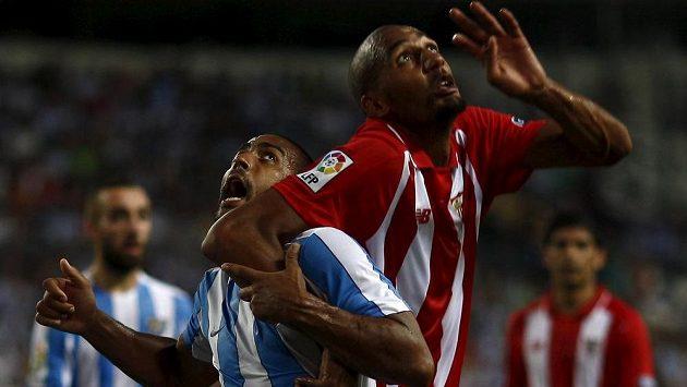 Steven N'Zonzi (vpravo) ze Sevilly a Fernando Tissone z Málagy v hlavičkovém souboji.