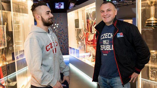 Kouč hokejistů do 18 let Robert Reichel (vpravo) a kapitán týmu Marek Zachar.