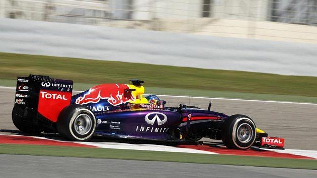 Sebastian Vettel s vozem Red Bull při testech v Bahrajnu.