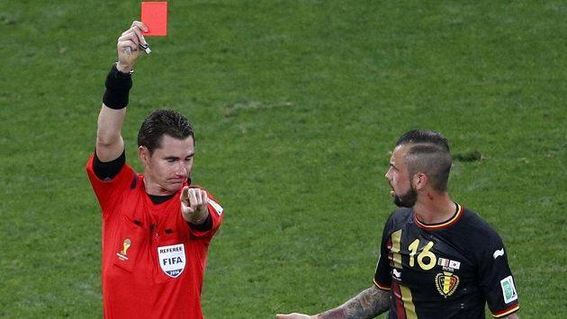 Australský rozhodčí Benjamin Williams ukazuje červenou kartu belgickému záložníkovi Stevenovi Defourovi.
