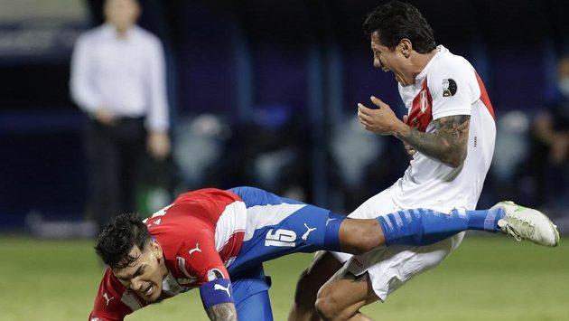 Gustavo Gomez z Paraguaye (vlevo)a Gianluca Lapadula z Peru v souboji o míč během čtvrtfinále Copa América.
