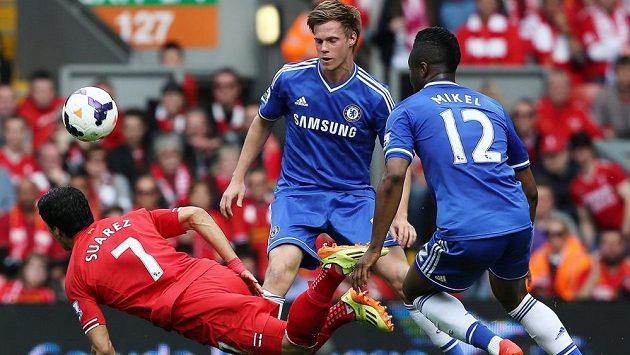 Tomáš Kalas (uprostřed) se spoluhráčem z Chelsea Johnem Obi Mikelem zastavují v ligovém utkání kanonýra Liverpoolu Luise Suáreze.