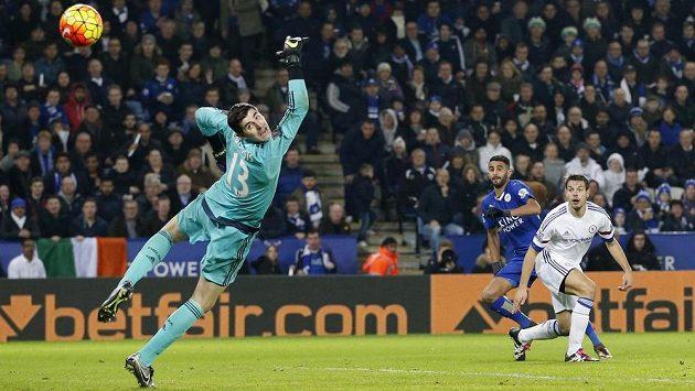 Rijád Mahríz z Leicesteru (v modrém dresu) překonává brankáře Chelsea Thibauta Courtoise.