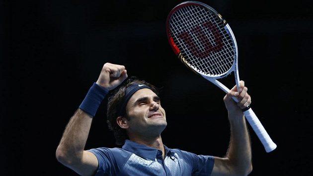 Švýcarský tenista Roger Federer se raduje z vítězství nad Argentincem Juanem Martínem del Potrem.