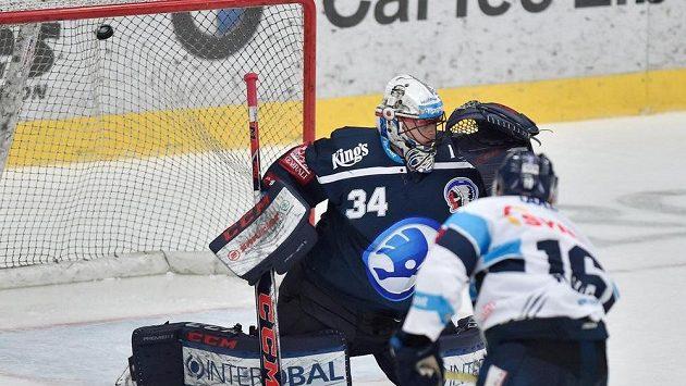 Marek Kvapil z Liberce dává gól plzeňskému brankáři Dominiku Frodlovi.