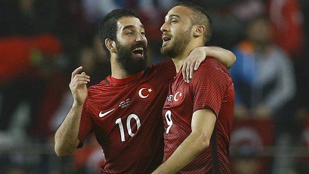 Turečtí fotbalisté Cenk Tosun (vpravo) a Arda Turan se radují po druhém gólu proti Švédsku.