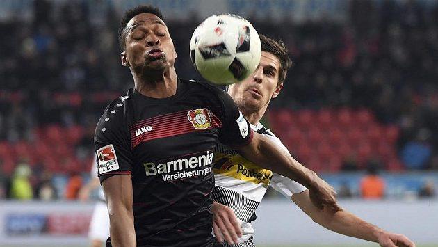 Brazilský obránce Leverkusenu Wendell (vlevo) drží míč před dotírajícím Hofmanem z Mönchengladbachu - archivní snímek.