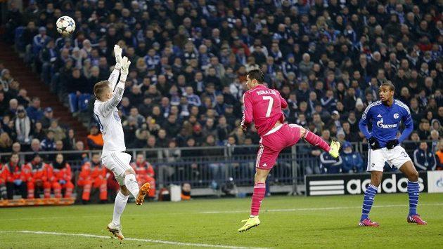 Cristiano Ronaldo (uprostřed) překonává hlavou brankáře Schalke Timona Wellenreuthera.