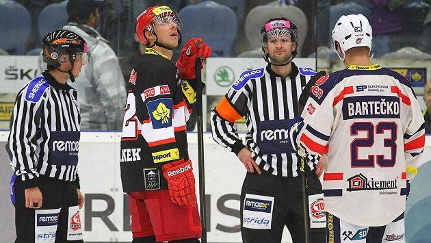Jiří Šimánek z Hradce Králové a Luboš Bartečko z Chomutova (vpravo) čekají spolu s rozhodčími na potvrzení závěrečného gólu.