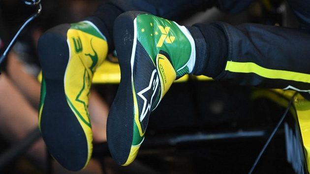 Daniel Ricciardo nabízí boty.