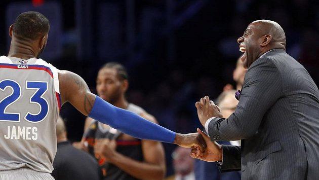 Bývalý basketbalista Magic Johnson (vpravo) během Utkání hvězd NBA. Vlevo je LeBron James.