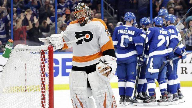 Hokejisté Tampy Bay se radují z gólu, v popředí smutný český brankář Philadelphie Michal Neuvirth.
