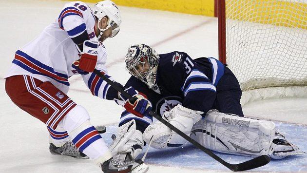 Brankář Winnipegu Ondřej Pavelec likviduje šanci Mariána Gáboríka z New Yorku Rangers.