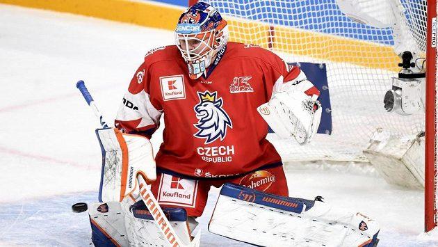 Český hokejový brankář Dominik Hrachovina během zápasu s Finskem.