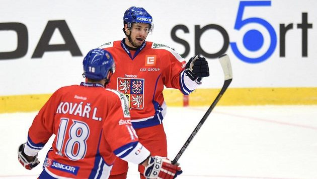 Český útočník Jakub Valský (vzadu) oslavuje gól na 2:0 během utkání Euro Hockey Challenge v Havlíčkově Brodu.